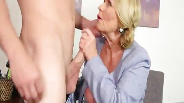 Reife Mutter fickt mit ihrem Stiefsohn