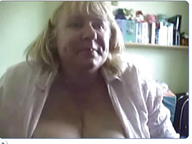 Dicke, Vollbusige Mama Vor Der Webcam